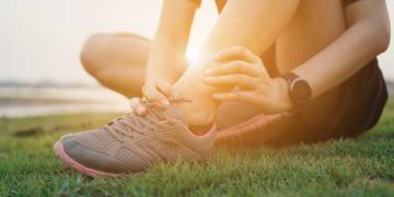 Storta alla caviglia: cosa fare, rimedi ed esercizi